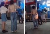 Nóng mắt nhìn cô gái ăn mặc thiếu vải khi rút tiền ở cây ATM