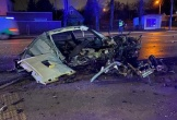 Xe sang BMW bị chẻ đôi sau khi lao như đạn bắn vào cột điện