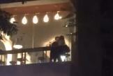Clip: Cặp đôi thản nhiên ôm hôn, sờ soạng nhau trong quán trà sữa khiến dân tình phẫn nộ