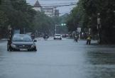 Ôtô chết máy giữa mưa, người dân Hà Tĩnh phải xuống xe lội nước