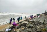 Hà Tĩnh: Nguyên nhân người dân đổ xô ra biển bất chấp sóng lớn