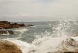 Ra gành câu cá, 2 thanh niên bị sóng biển cuốn mất tích