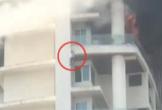 Giây phút người đàn ông cố bám ban công nhưng kiệt sức rơi thẳng từ tầng 19 tòa nhà đang bốc cháy
