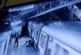 Bị cự tuyệt lời cầu hôn, gã đàn ông đẩy cô gái xuống đường ray tàu hỏa