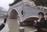 Cô gái không biết bơi nhảy xuống sông cứu bạn trai, không ngờ bị chính bạn trai hãm hại