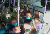 Người phụ nữ bị đâm hơn 30 nhát trên xe bus, phản ứng của đám đông hành khách gây sững sờ
