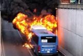 Xe buýt bốc cháy ngùn ngụt trong hầm chui An Sương
