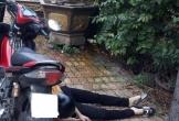 Người đàn ông chết bất thường cạnh xe máy sau khi đưa vợ đi làm