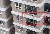 Bé gái hơn 2 tuổi rơi từ tầng 13 khi bố mẹ bận tiễn khách