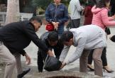 """Du khách thành kính dùng nước giếng """"tẩy trần"""" tại đền vua Mai"""