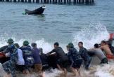 Cứu sống vợ chồng ngư dân gặp nạn trên biển