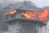 Đỉnh tháp khách sạn cháy ngùn ngụt trong cơn mưa