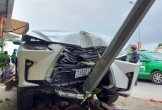 Lexus RX300 va chạm với 2 xe máy trên quốc lộ 1A ở Nghệ An