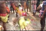 Dân làng dội nước, đập vào ngực người chết để 'hồi sinh'