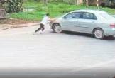 Bị người đi ô tô cướp 2 thùng bia, bé gái liều mình chặn đầu xe ngăn cản