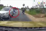 Ngã xuống đường sau va chạm, 2 người đàn ông bị ô tô cán tử vong