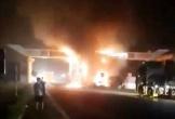 Đâm vào cổng chào, xe container bốc cháy ngùn ngụt trong đêm