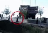 Đứt dây cáp, xe ben rơi trúng nhóm công nhân, 1 người tử vong, 2 người thoát nạn trong tích tắc