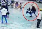 Người phụ nữ bị đâm 8 nhát tới tử vong ngay giữa phố, thái độ của những người xung quanh gây phẫn nộ