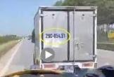 Xe cấp cứu chở bệnh nhân Covid-19 hú còi, xe tải