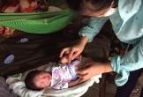 Hà Tĩnh: Bé trai sơ sinh bị bỏ rơi trong vườn nhà dân