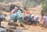 Video: Giây phút sinh tử của nhóm người vượt dòng nước lũ ở Quảng Nam