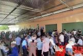 Hà Tĩnh: Hàng trăm người chen lấn tại điểm tiêm vaccine Covid-19