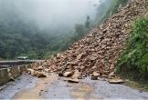 Đất đá sạt lở chắn ngang đường lên cửa khẩu Cầu Treo