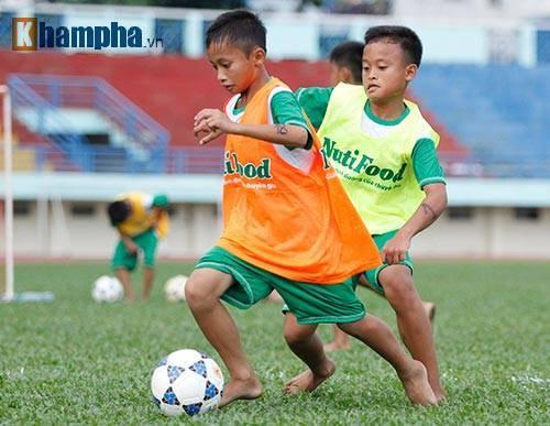 Cậu bé nhà nghèo yêu Ronaldo, mơ thành Công Phượng