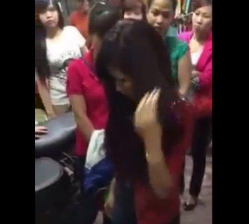 Cô gái liên tục cúi gằm mặt xuống (Ảnh cắt từ clip).
