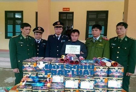 Đối tượng Lê Đình Thọ cùng số pháo bị bắt giữ.