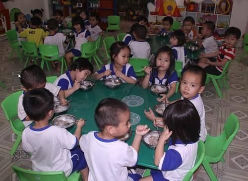 Bữa ăn trưa của học sinh chủ yếu là các món thịt và rau.