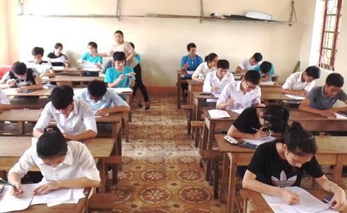Giáo viên và học sinh Trường THPT Nghèn (Can Lộc – Hà Tĩnh) trong kỳ thi thử do trường tổ chức để chuẩn bị tốt cho kỳ thi THPT Quốc gia sắp tới.