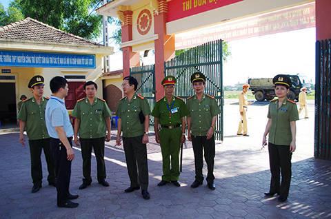 Đồng chí Lê Văn Sao - Kiểm tra công tác đảm bảo ANTT tại điểm thi Trường THPT Nguyễn Công Trứ