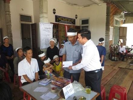 Ông Nguyễn Văn Thanh - Chủ tịch LĐLĐ Hà Tĩnh trao tiền cho gia đình nạn nhân Tài