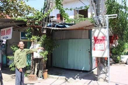 Ông Lâm bức xúc vì trạm biến áp vi phạm hành lang an toàn khiến ông không được sửa chữa, nâng cấp nhà. Ảnh: Trần Tuấn.