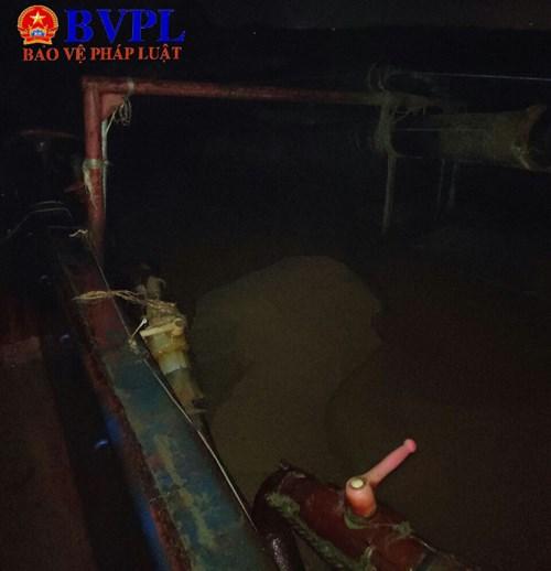 Lúc bị bắt giữ, trên tàu đã hút được hơn 18m3 cát trái phép. (ảnh cắt từ clip)