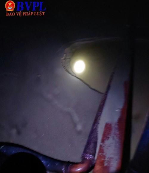 Phương tiện Xà Lan vỏ sắt cỡ lớn đang có hành vi khai thác cát trái phép tại bãi bồi thuộc địa phận xã Xuân Hồng, huyện Nghi Xuân, Hà Tĩnh (ảnh cắt từ clip)