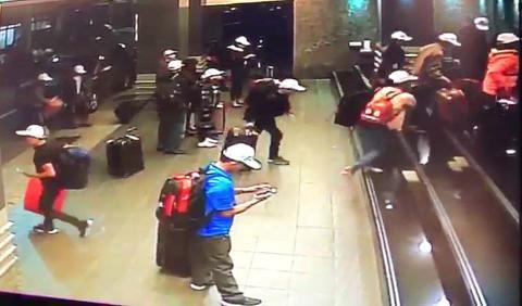 Camera an ninh ghi lại hình ảnh một thành viên nhóm du khách Việt Nam đi bộ ra đường khi những người khác bước vào một khách sạn ở Cao Hùng hôm 23-12. Ảnh: Taipei Times