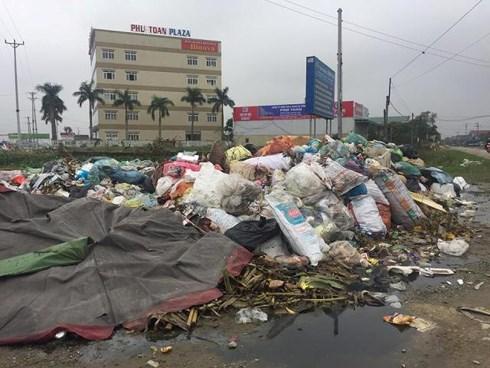 Chính quyền cắm biển cấm đổ rác nhưng do rác nhiều quá nên... phải tập kết rác tại đây.