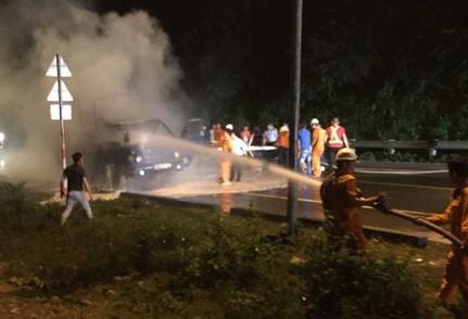 Lực lượng chức năng nỗ lực dập tắt đám cháy và điều tiết giao thông bị ách tắc do vụi tai nạn (ảnh: Ngọc Rạng)